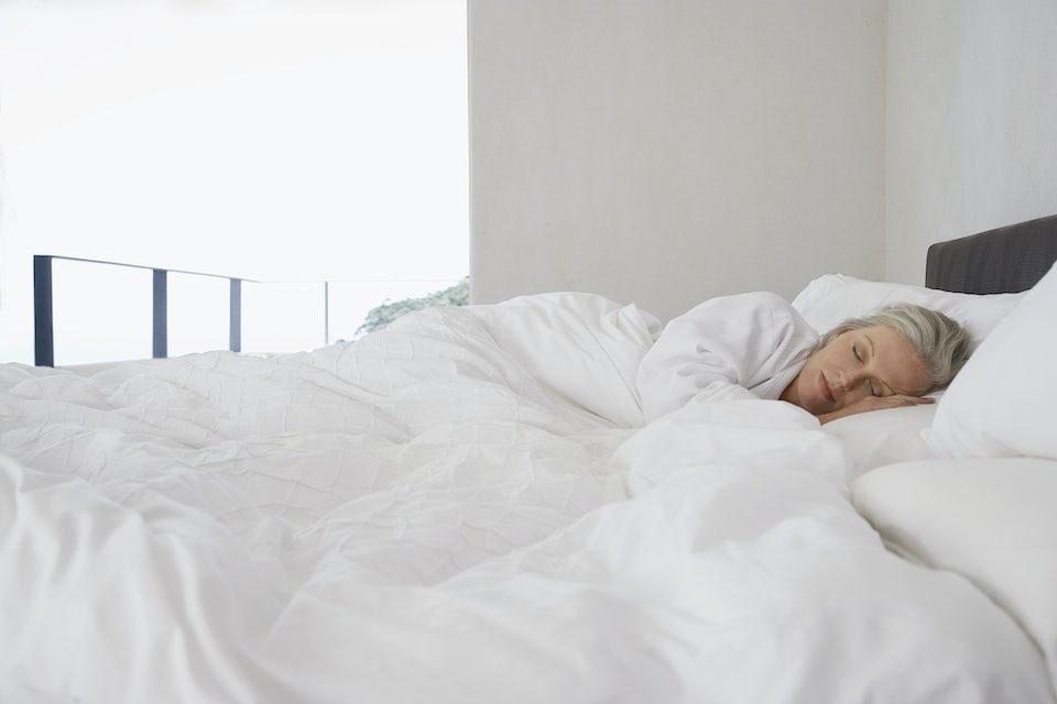 Kvinna som sover lugnt och fridfullt
