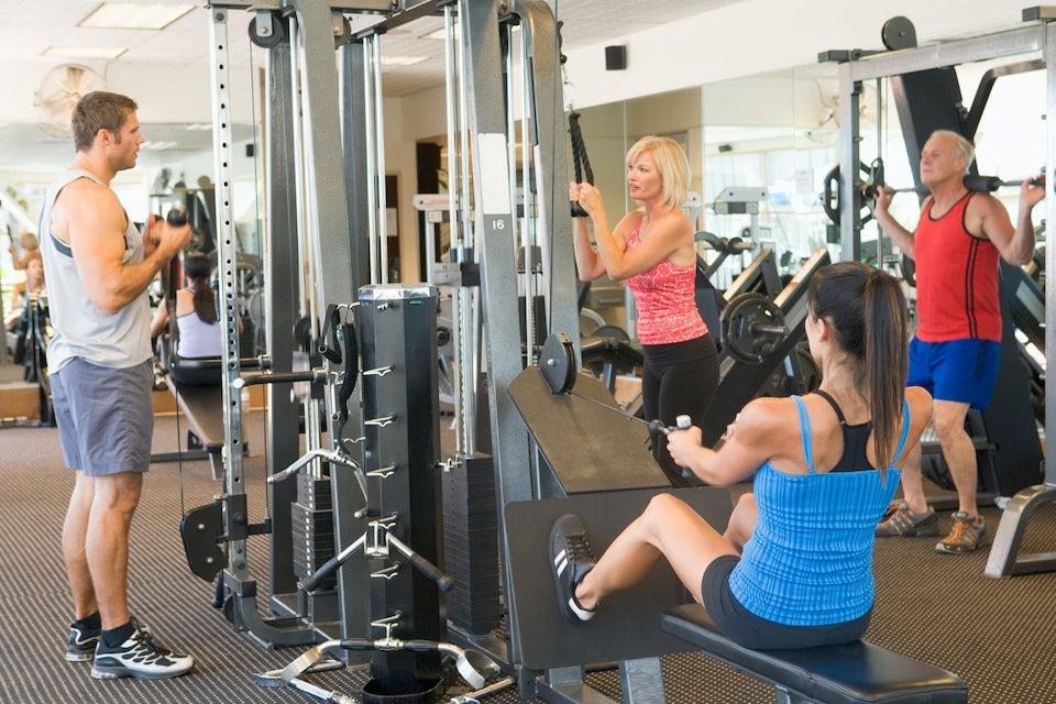 Träning på gym med män och kvinnor