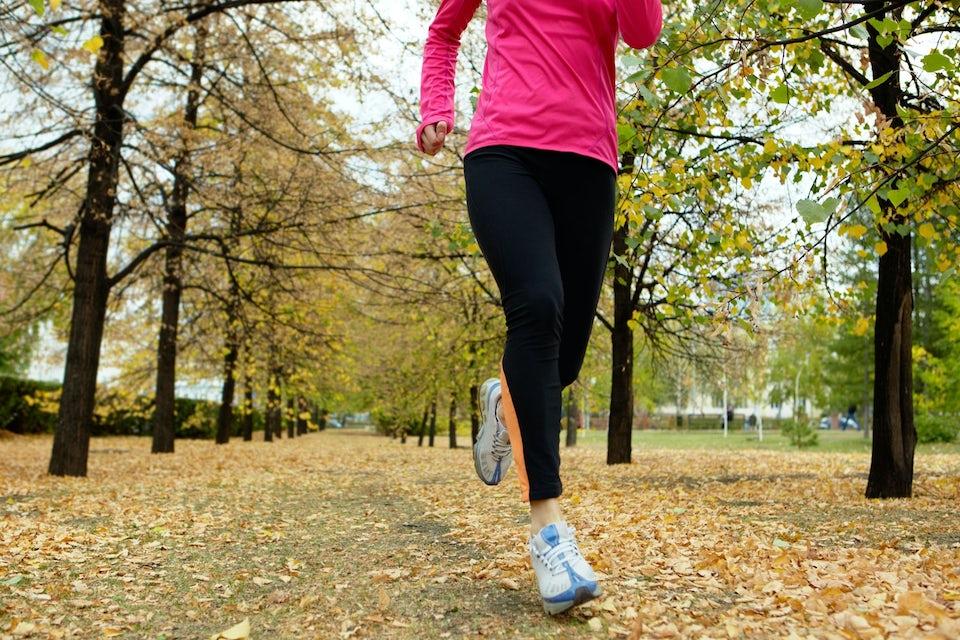 Kvinnor springer i skogen