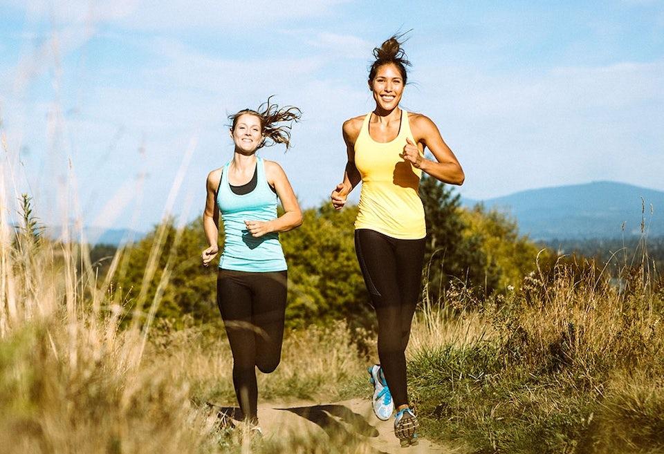 Kaksi naista juoksee ulkona