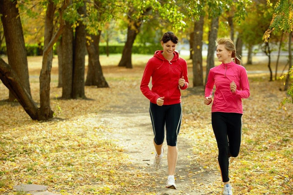 Två kvinnor är ute och springer