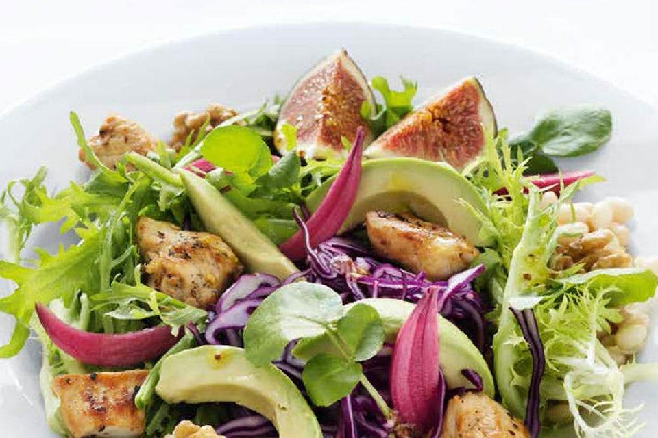 Broileri ja avokado tuovat täyttävyyttä punakaalisalaattiin