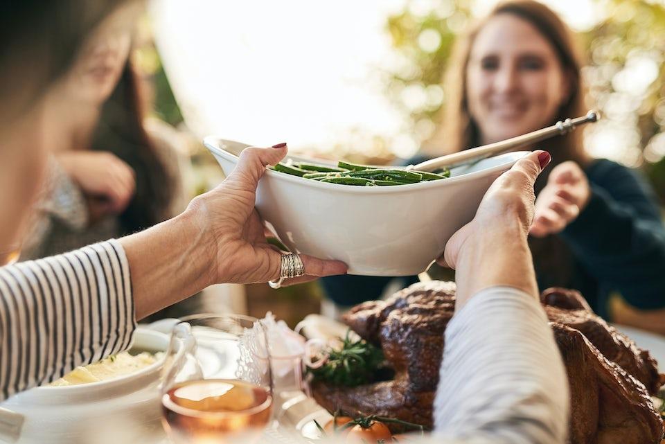 Kvinde spiser julemiddag