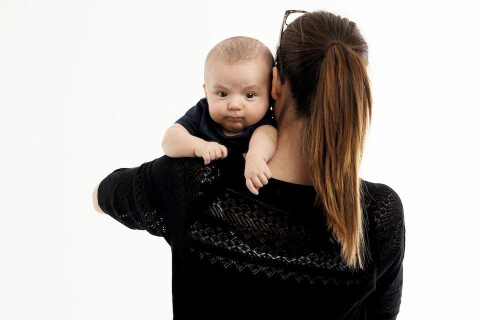 Kvinna som håller en bebis