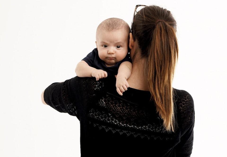 Nainen pitelee vauvaa