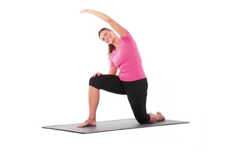 Kvinde laver øvelse til hoftebøjer