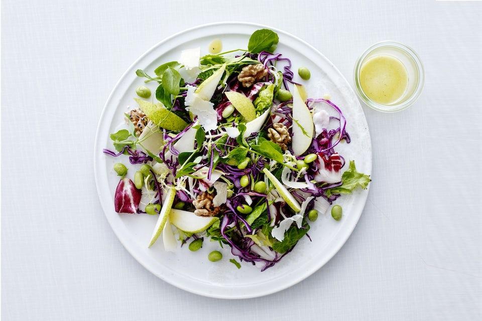 Salat med soyabønner, pære og valnøtter