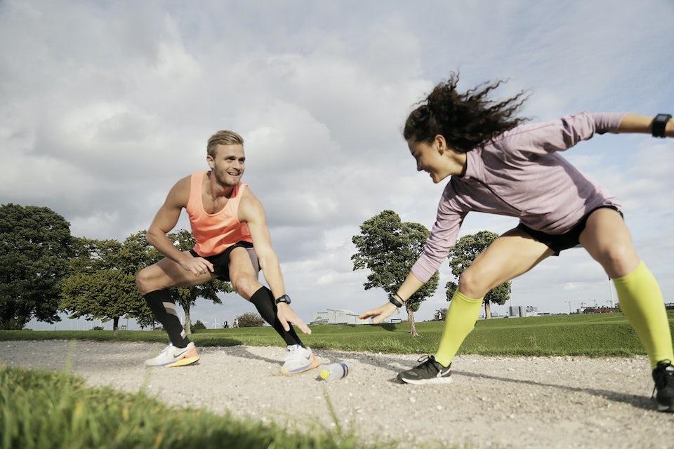 Mand og kvinde løber intervaltræning sammen.