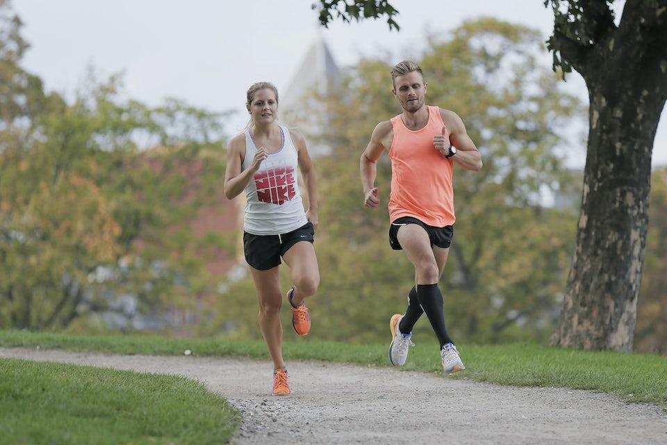 Mand og kvinder løber intervaller sammen.