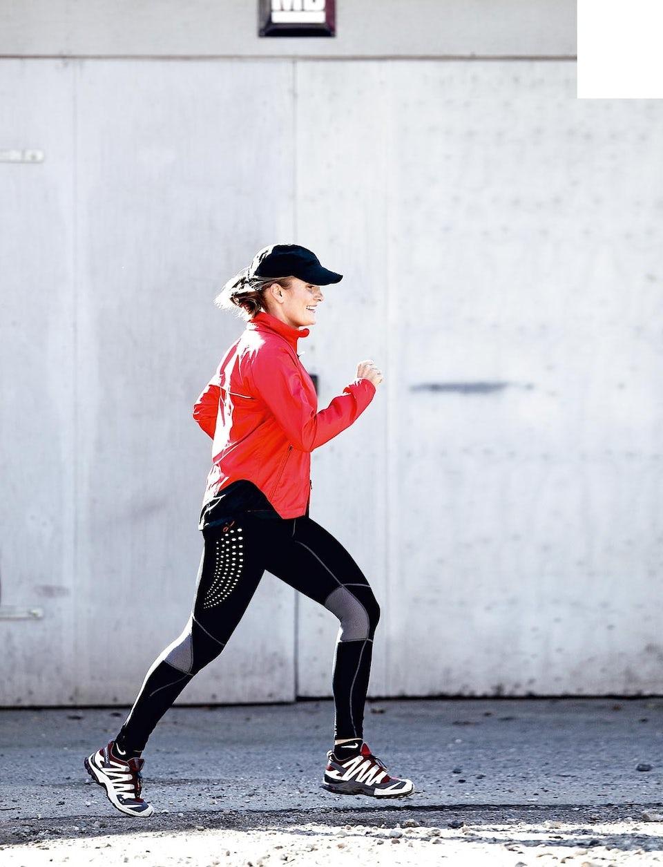 Kvinde ude og løbe og træner