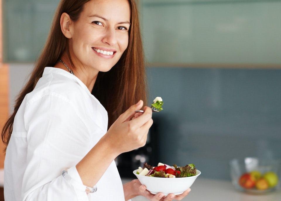 Kvinne spiser salat mens hun går på 5:2-dietten - oppskrifter