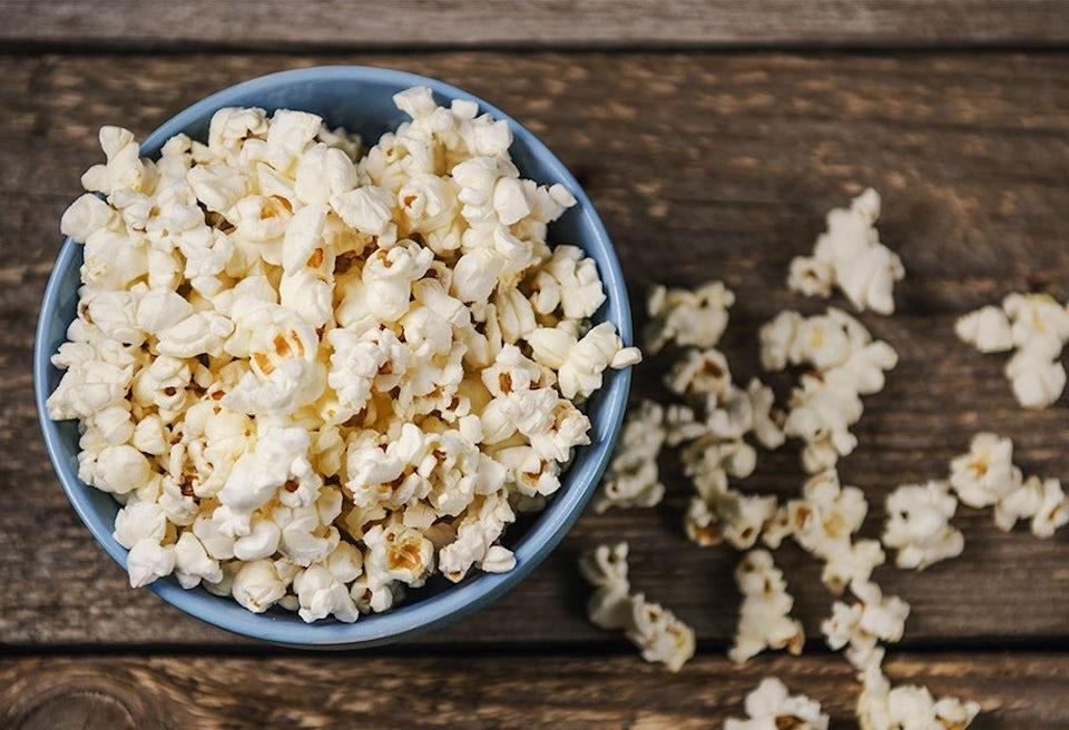 Popcornia kulhossa ja pöydällä