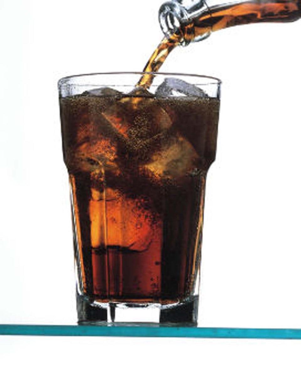 glas fyldt med cola