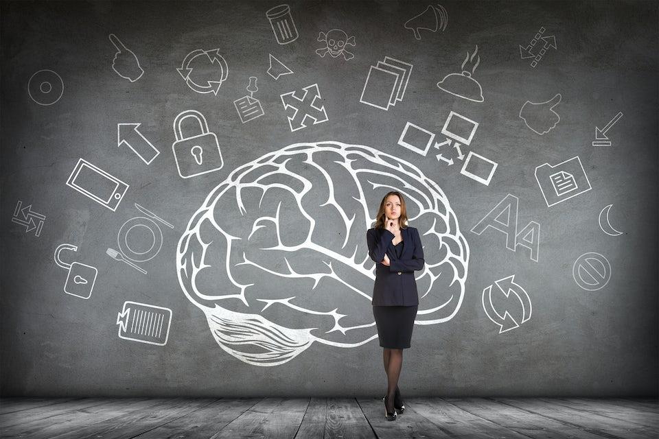 Kvinde holder hjernen skarp