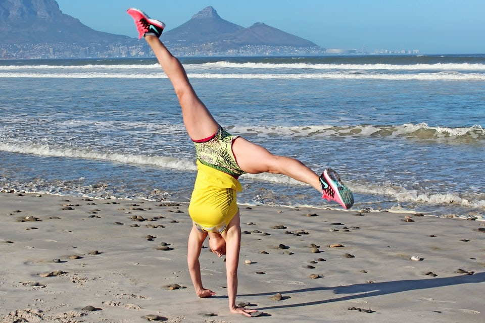 Kvinde træner på en strand
