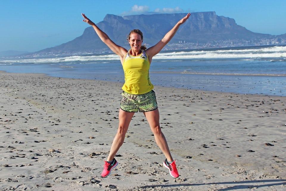 Kvinna tränar på en strand