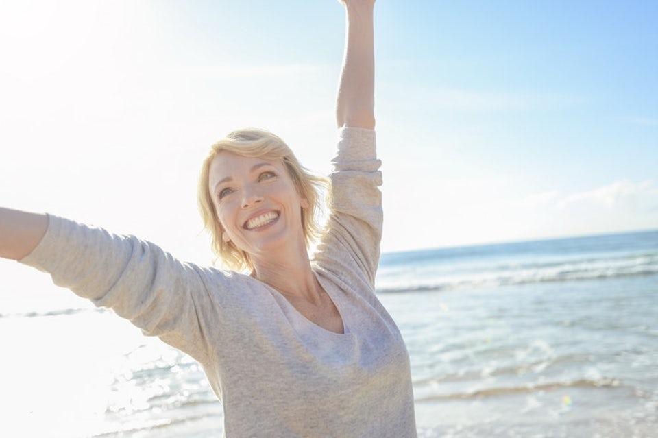 D-vitamiini Nainen auringossa rannalla