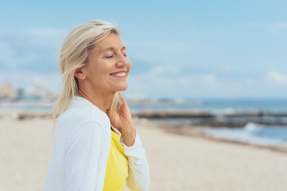 D-vitamiini: Nainen nauttii auringosta