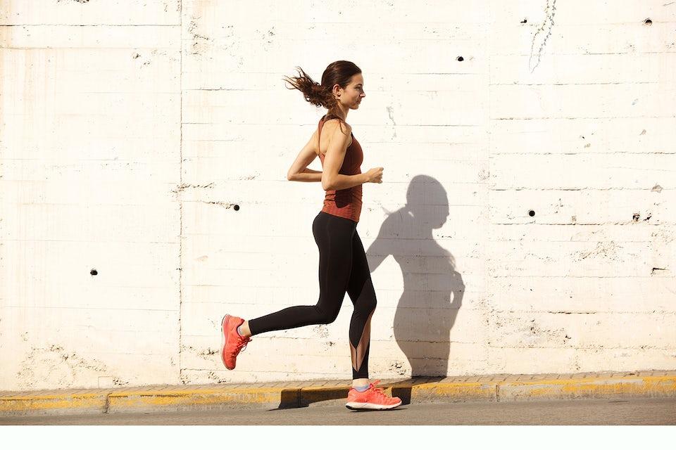 Kvinde, der løber.