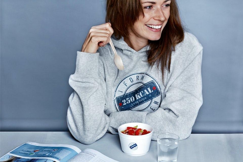Kvinde på  I FORM-kuren spiser morgenmad