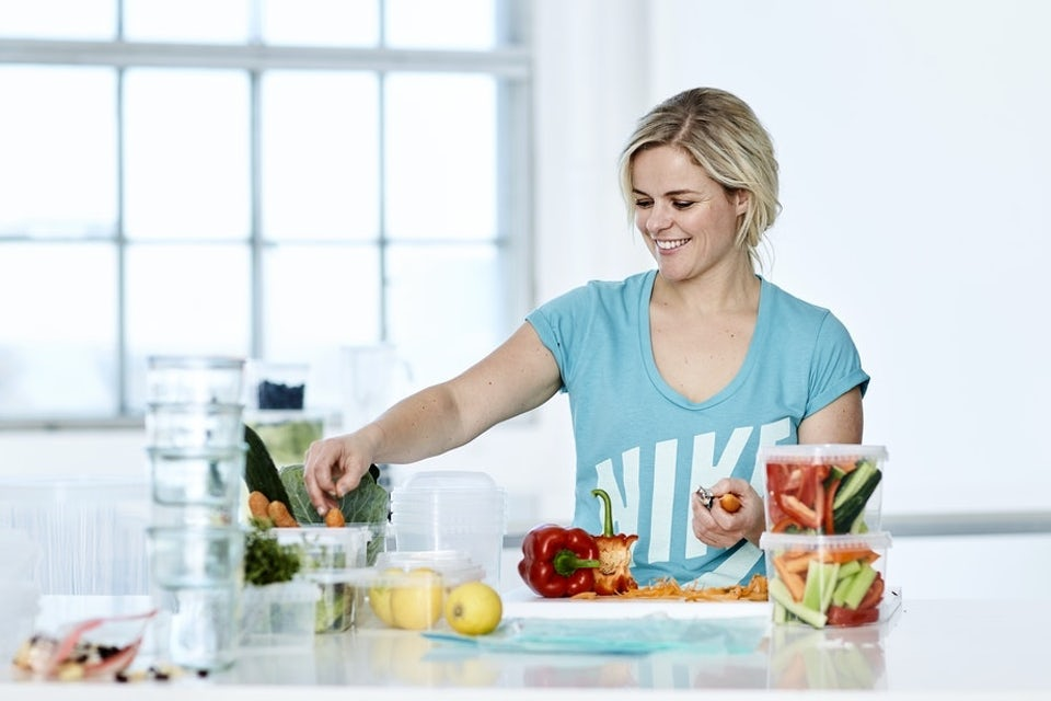 Kvinna preppar nyttig mat