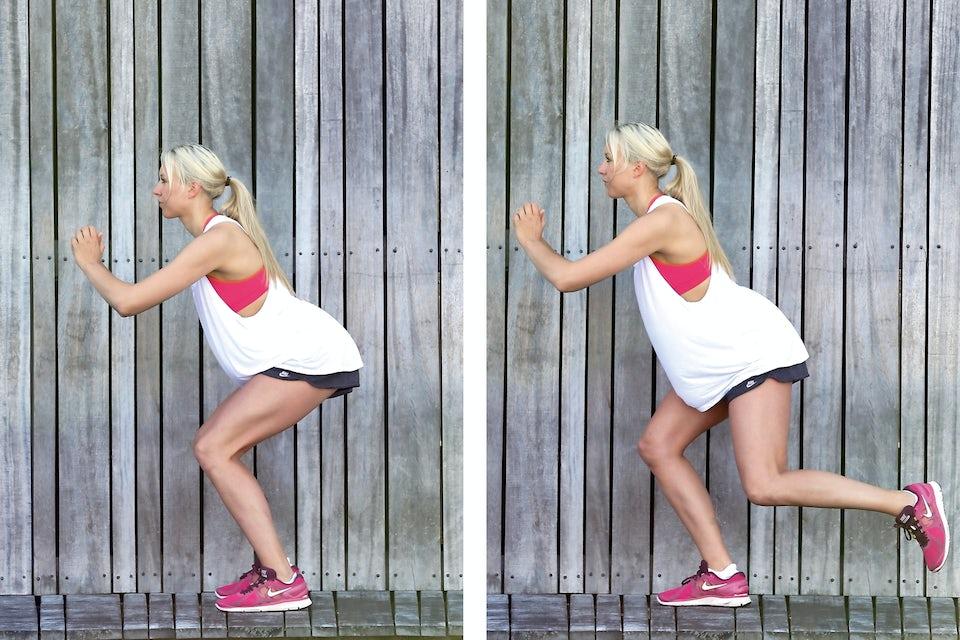 Kvinde laver squat med spark bagud