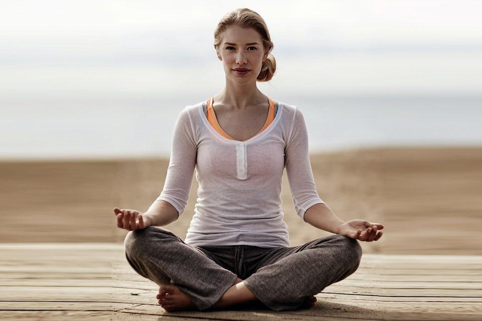Kvinde dyrker morgen-yoga