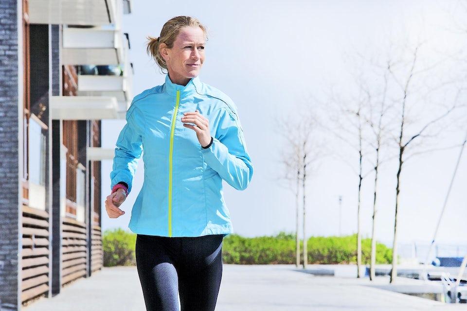 Kvinde løber i foråret