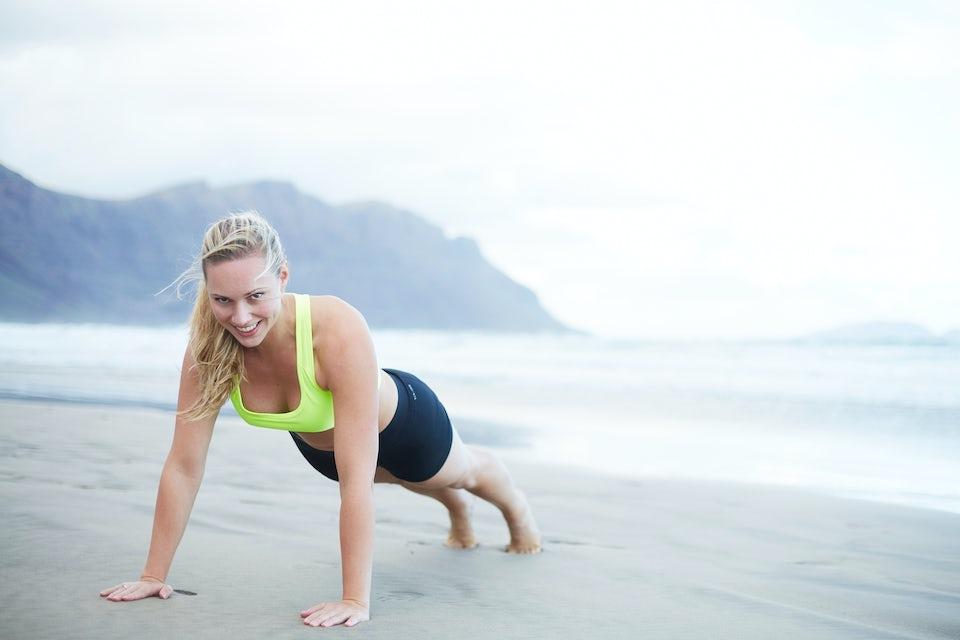 Kvinde styrketræner på en strand
