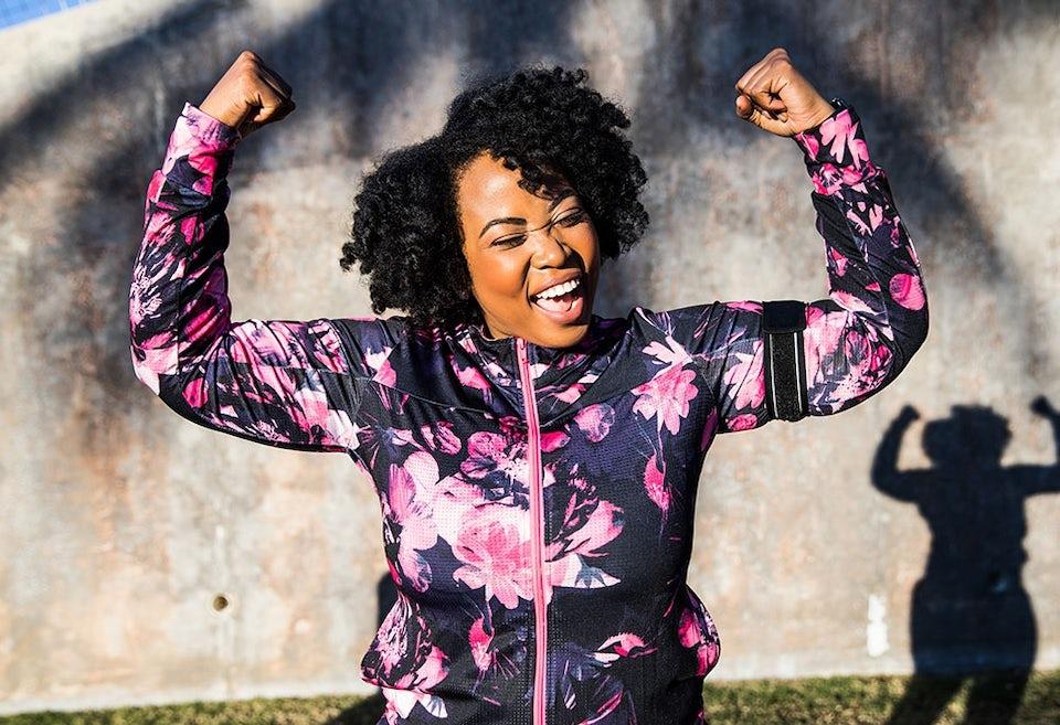 Nainen iloitsee juoksemisesta