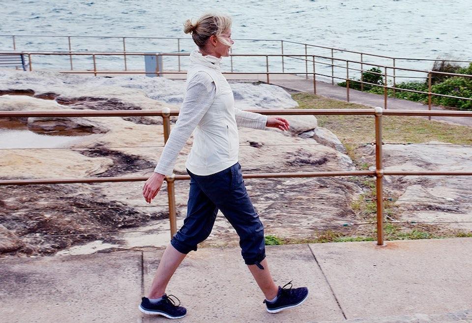 Nainen kävelee osana kävelyohjelmaa