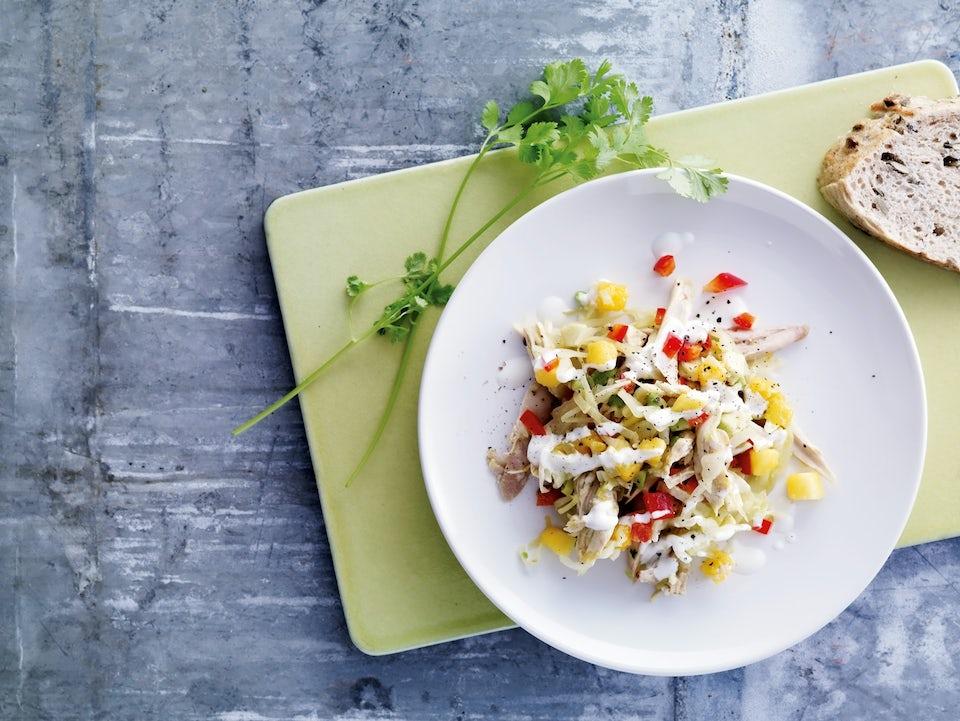 tallerken med hønsesalat og mango