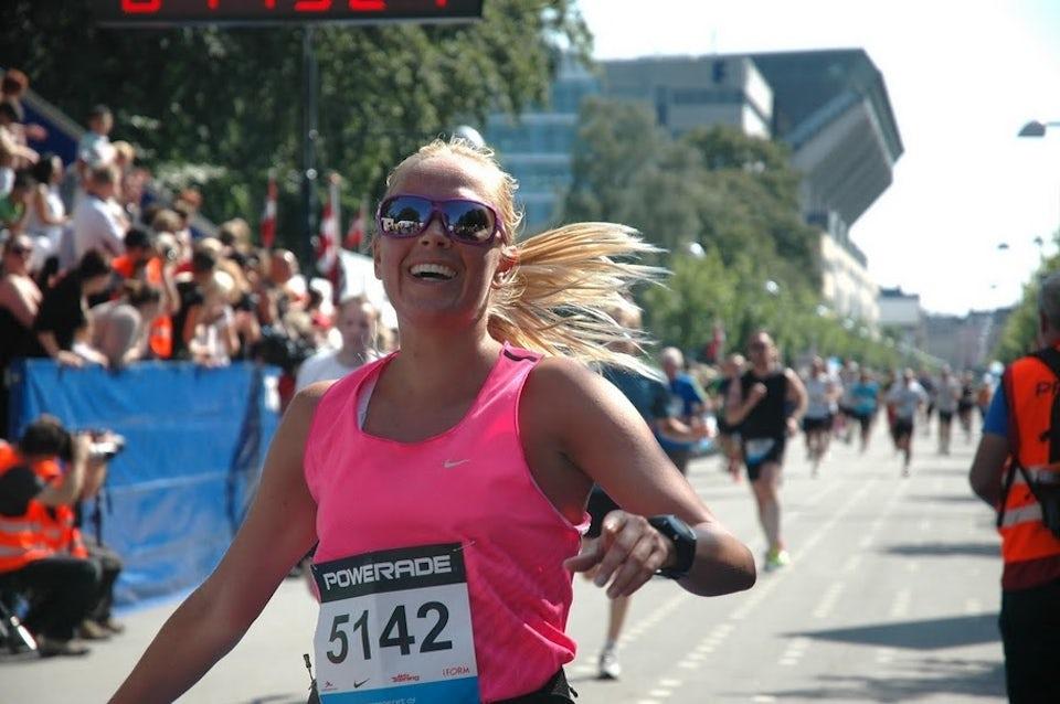 Kvinde løber i mål efter marathon.