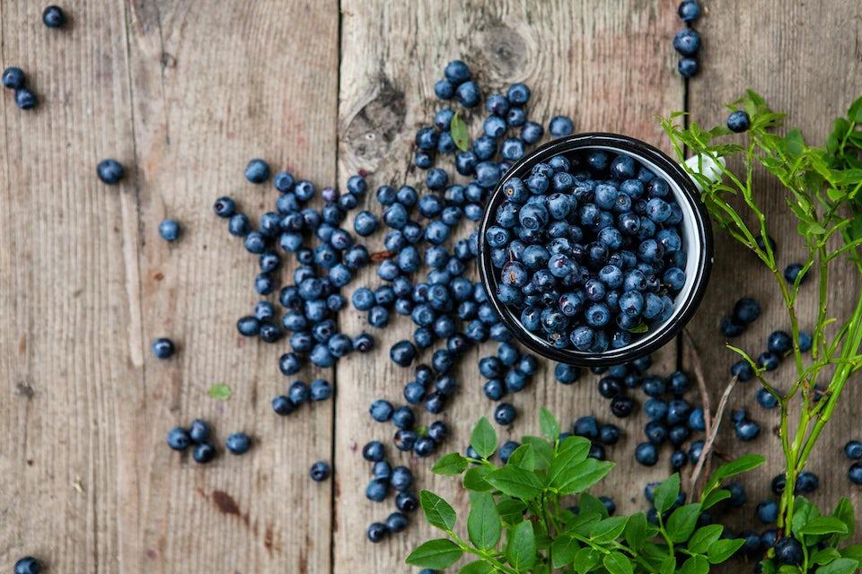 Blåbær på trebord, betennelsesdempende mat