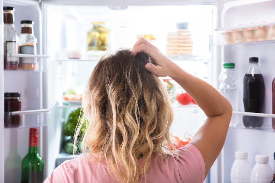 Kvinde klør sig i håret over, hvilken mad hun skal spise