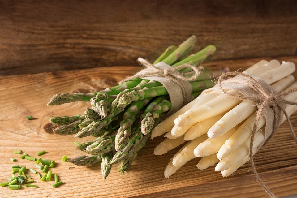 hvide og grønne asparges