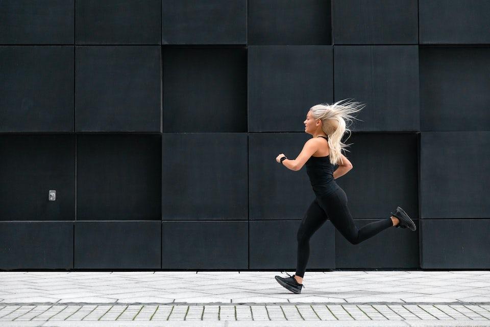 Nainen juoksee intervalleja.