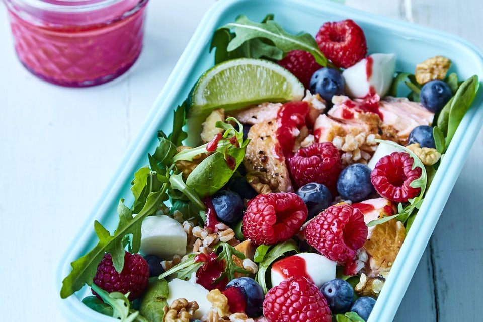 Salat med laks, bær og mozzarella i kasse