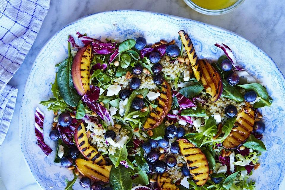 Fat med salat av blåbær, fersken og feta