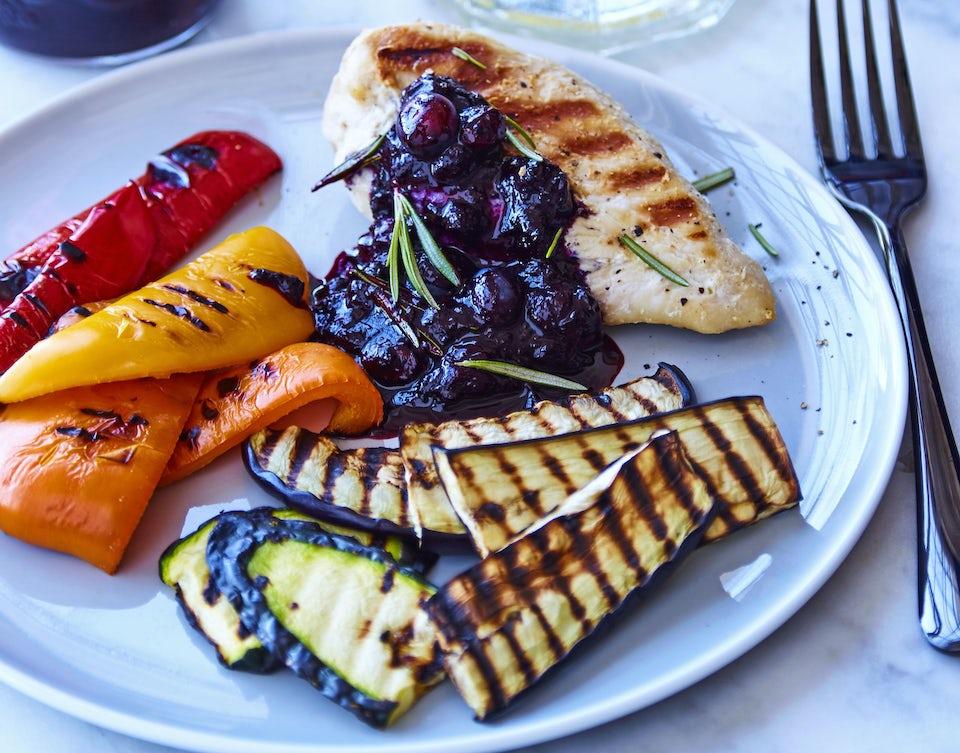 Tallerken med kylling, grøntsager og blåbærkompot