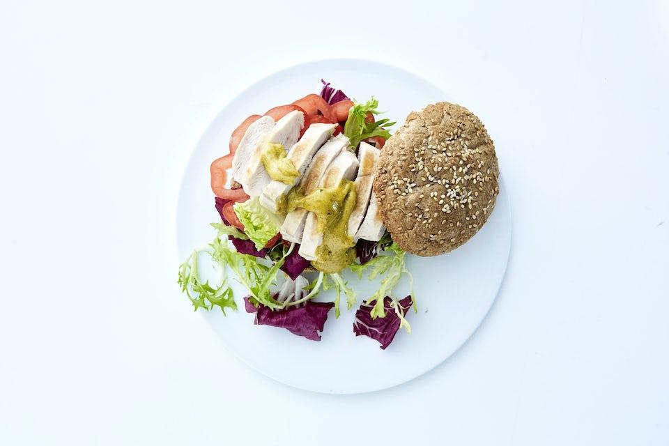 Tallerken med kyllingesandwich