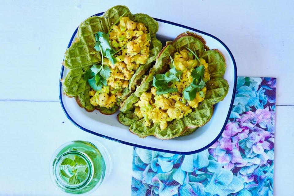 Spinatvafler med kikertsalat