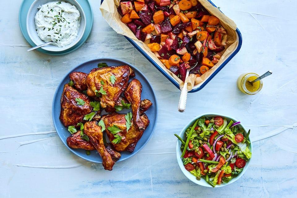 Kyllingelår med rodfrugter, salat og dip