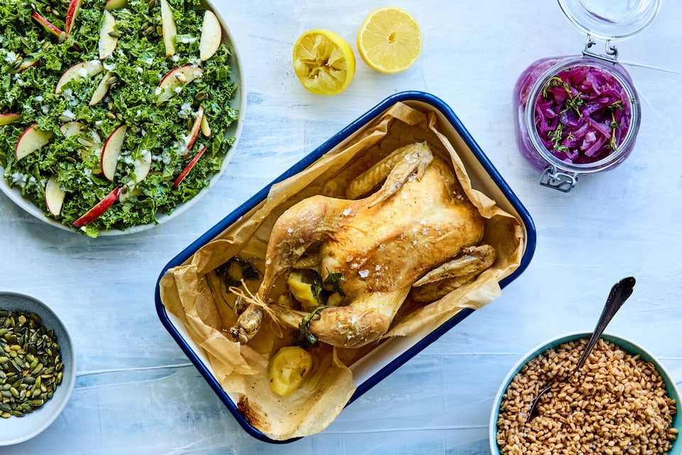 Bord med kylling i fad, perlespelt og grånkålssalat