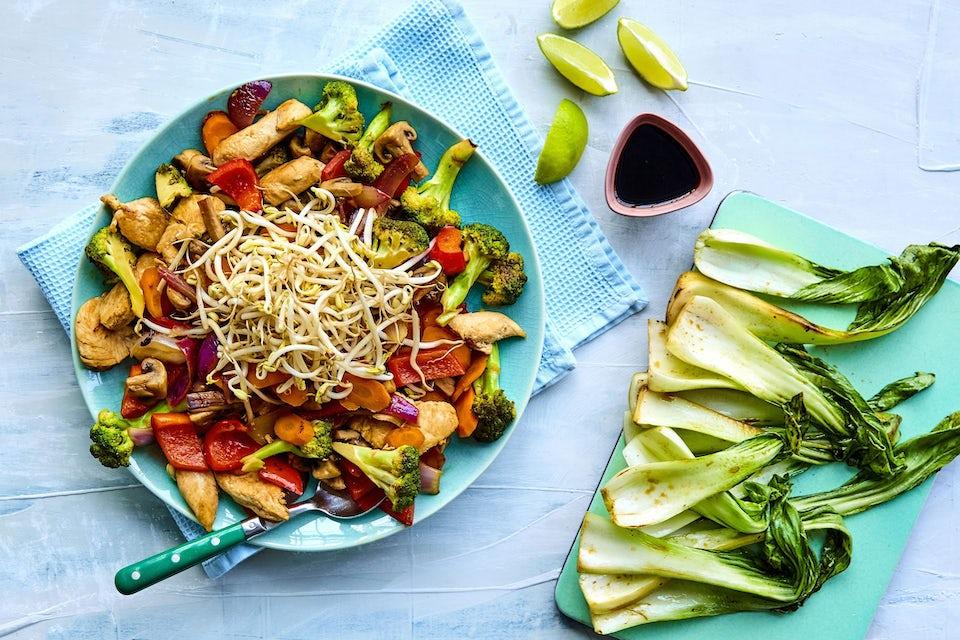 Skål med kyllingewok og grøntsager