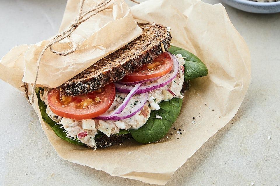 Smörgås med rågbröd och tonfisk inslagen i papper