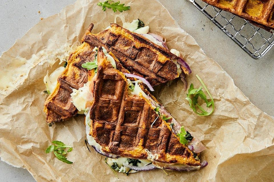 Vafler som toast med skinke og ost på papir