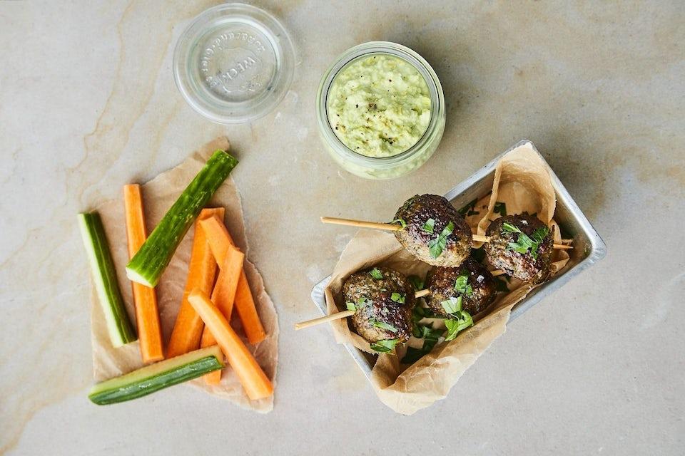 Köttbullar på spett med hummus och grönsaker