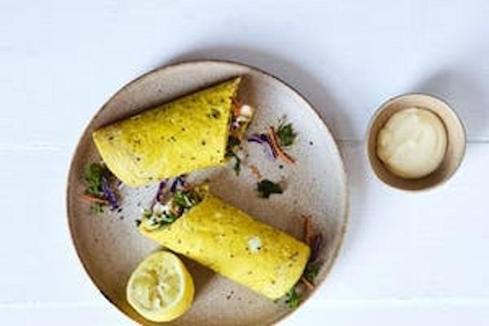 Tallrik med äggwrap och citron