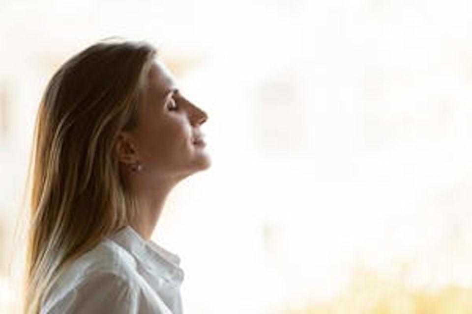 Kvinne trekker pusten dypt